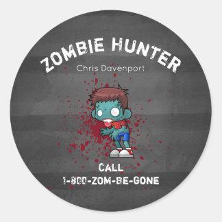 Adesivo Redondo O caçador do zombi com o Splatter do sangue