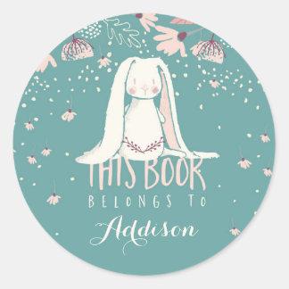 Adesivo Redondo O coelho & as flores brancos este livro pertencem
