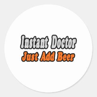 Adesivo Redondo O doutor imediato… apenas adiciona a cerveja