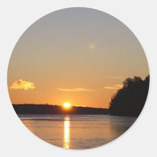 Adesivo Redondo O raio dourado de Sun do inverno reflete no lago