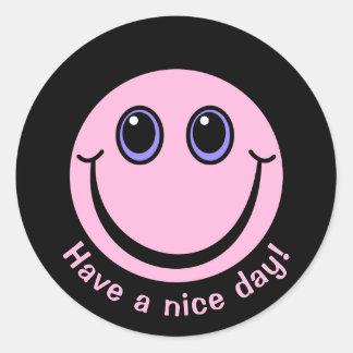 Adesivo Redondo O smiley face cor-de-rosa tem um dia agradável