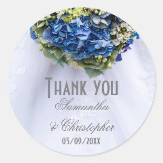 Adesivo Redondo Obrigado das flores azuis e brancas e do vestido