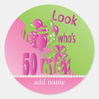 Adesivo Redondo Olhe quem é 50 no rosa - 50th aniversário