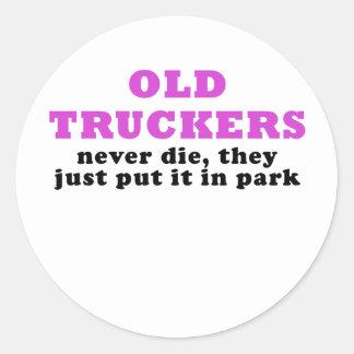 Adesivo Redondo Os camionistas idosos nunca morrem eles apenas pôr