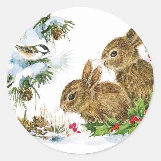 Adesivo Redondo Os coelhos e o pássaro apreciam a neve