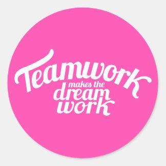 Adesivo Redondo Os trabalhos em equipe fazem o trabalho ideal