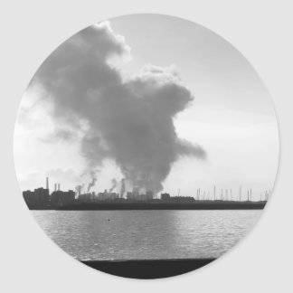 Adesivo Redondo Paisagem industrial ao longo da costa