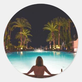 Adesivo Redondo Palmas, piscina, mulher e cerveja…