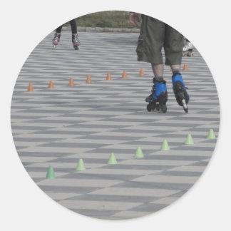 Adesivo Redondo Pés da cara em skates inline. Patinadores Inline