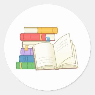 Adesivo Redondo Pilha de livros e de livro aberto