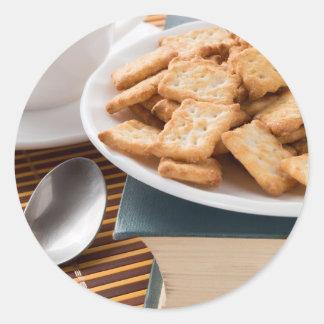 Adesivo Redondo Placa branca com os biscoitos no livro velho