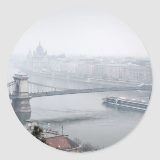 Adesivo Redondo Ponte de Budapest sobre a imagem de Danube River
