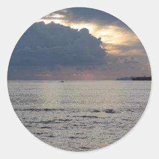 Adesivo Redondo Por do sol morno do mar com navio de carga e um