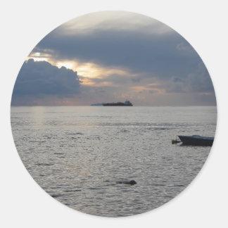 Adesivo Redondo Por do sol morno do mar com o navio de carga no