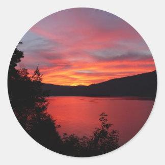 Adesivo Redondo Por do sol no lago e nos Mountain View