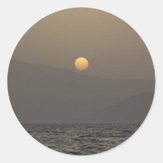 Adesivo Redondo Por do sol sobre montanhas da ilha de Paros