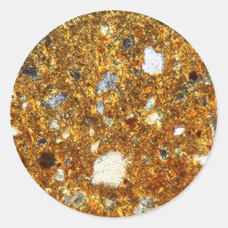 Adesivo Redondo Seção fina de um tijolo sob o microscópio