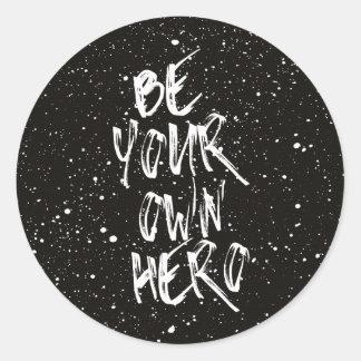 Adesivo Redondo Seja suas próprias citações (pretas) do herói