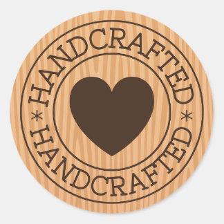 Adesivo Redondo Selo Handcrafted, marrom com coração no design de