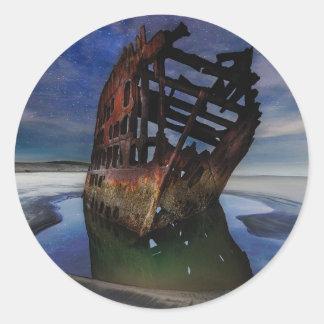 Adesivo Redondo Shipwreck de Peter Iredale sob o céu nocturno