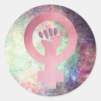 Adesivo Redondo Símbolo feminista cor-de-rosa na textura do Grunge
