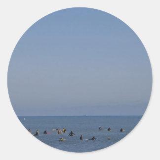 Adesivo Redondo surfistas que esperam uma onda