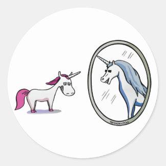 Adesivo Redondo Unicórnio antes de espelhos - Unicorn em front of