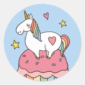Adesivo Redondo Unicórnio bonito do arco-íris no cupcake do