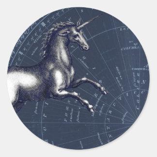 Adesivo Redondo Unicórnio branco contra o mapa celestial azul