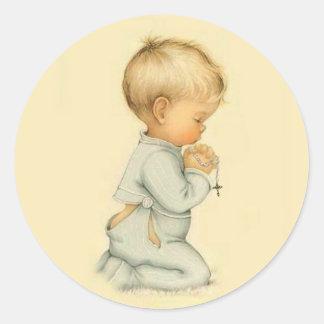 Adesivo Redondo Vintage Little Boy que Praying o rosário