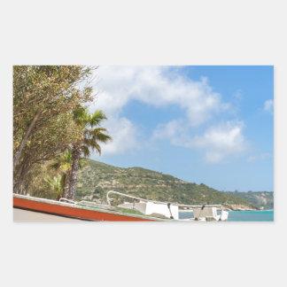 Adesivo Retangular Barco colorido que encontra-se na praia grega