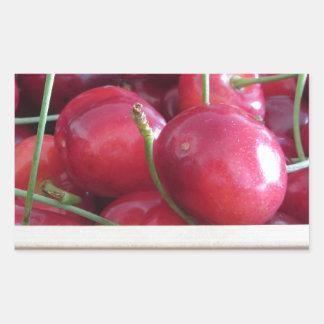 Adesivo Retangular Beira de cerejas frescas no fundo de madeira