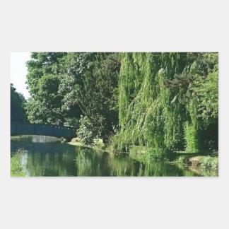 Adesivo Retangular Caminhada ensolarada verde do rio das árvores do