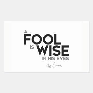 Adesivo Retangular CITAÇÕES: Rei Solomon: Um tolo é sábio em seus