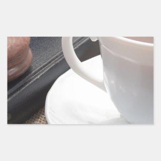 Adesivo Retangular Copo branco do cacau quente e de um biscoito do