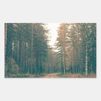 Adesivo Retangular Estrada de terra de Brown entre o dia com folhas