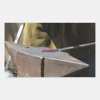 Adesivo Retangular Ferreiro que forja manualmente o metal derretido