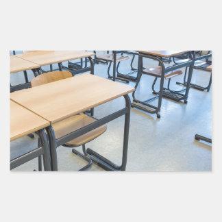 Adesivo Retangular Fileiras das mesas e das cadeiras na sala de aula