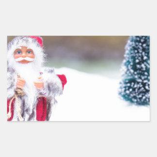 Adesivo Retangular Modelo de Papai Noel que está na neve branca