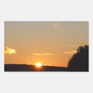 Adesivo Retangular O raio dourado de Sun do inverno reflete no lago