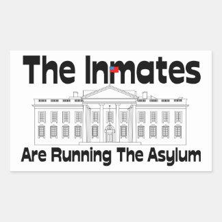 Adesivo Retangular Os internos estão funcionando o asilo