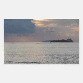 Adesivo Retangular Por do sol morno do mar com navio de carga e um