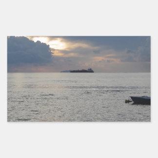 Adesivo Retangular Por do sol morno do mar com o navio de carga no