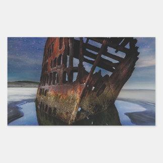 Adesivo Retangular Shipwreck de Peter Iredale sob o céu nocturno