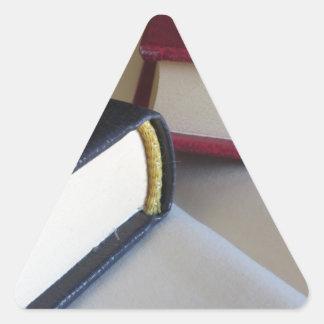Adesivo Triangular A segunda mão registra com páginas vazias em uma
