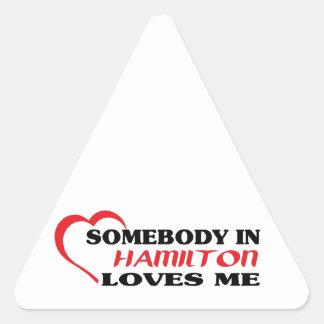 Adesivo Triangular Alguém em Hamilton ama-me