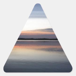 Adesivo Triangular As nuvens cor-de-rosa refletem no lago júnior no