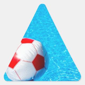 Adesivo Triangular Bola de praia que flutua na água na piscina