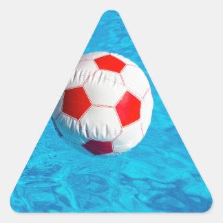 Adesivo Triangular Bola de praia que flutua na piscina azul