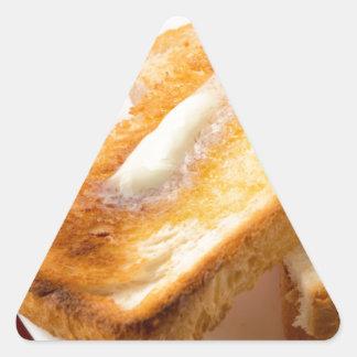 Adesivo Triangular Brinde quente com manteiga em um fim-acima branco